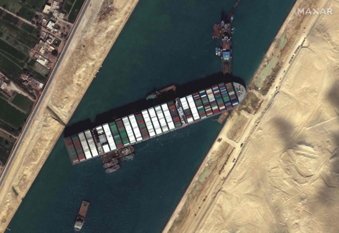 """Waarom de Ever Given zo moeilijk los te wrikken is uit het Suezkanaal: """"Hoop maar dat ze weten wat ze aan het doen zijn"""""""