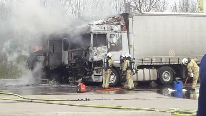 Twee vrachtwagens branden uit op parking tabakshop