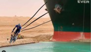 Hilarisch: Mark Cavendish dolt met ploegmaat Tim Declercq en de problemen in het Suezkanaal