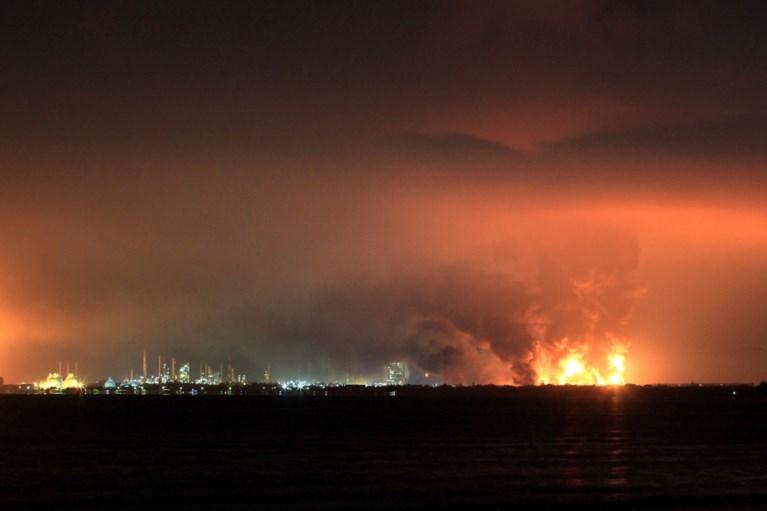 Kebakaran kilang minyak besar-besaran di Indonesia: 20 orang terluka, hampir 1.000 orang dievakuasi