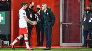 Bayern München slaat de schrik om het hart: Robert Lewandowski net voor cruciale fase in seizoen geblesseerd vervangen bij Polen