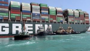 """Plan B en C liggen al klaar om Ever Given volledig los te trekken uit Suezkanaal: """"Dit kan nog meer dan een week aanslepen"""""""