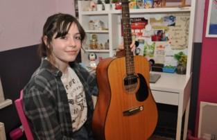 """Helena (14) hoor je steeds vaker en deed het zoals Billie Eilish: """"Popsong opgenomen op mijn slaapkamer"""""""