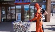 """Met winkelkar vol lege blikjes Golden Power terug naar Aldi: """"Neem uw verantwoordelijkheid"""""""