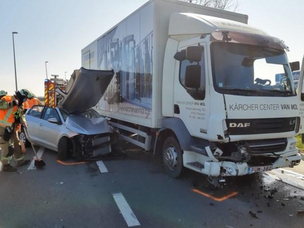 Opnieuw ongeval op gevaarlijk kruispunt: ouder koppel zwaargewond naar het ziekenhuis
