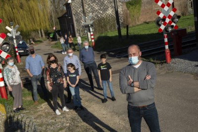 Van klein Italië naar een onzichtbare Berlijnse muur: buurt vreest dat gesloten overweg hechte gemeenschap uit elkaar zal scheuren