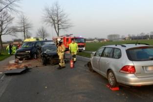 Bredaseweg tijdlang afgesloten door ongeval met drie wagens