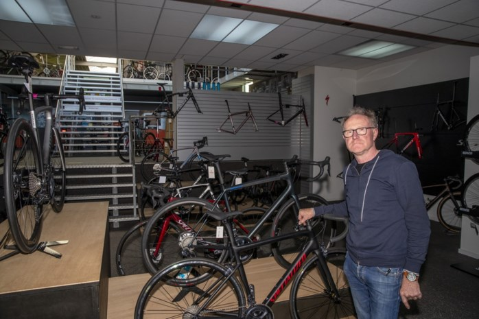 """Uitbater fietsenzaak merkt dat de tweewieler aan populariteit heeft gewonnen tijdens corona: """"Op een dure fiets moet je ook trappen"""""""