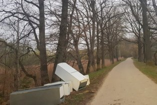 Sluikstorter dumpt vijf koelkasten langs bospad van Groenendaal