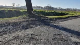 Vrouw stapt met zware beenbreuk uit brandende auto na botsing