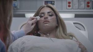 Demi Lovato herbeleeft overdosis in nieuwe videoclip 'Dancing with the devil'
