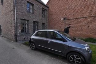 Vrouw (63) knalt tegen geparkeerde wagens en gevel van huis