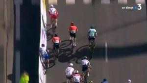 """Nacer Bouhanni krijgt haatberichten nadat hij concurrent in de dranghekken sprintte: """"Ik word behandeld als een terrorist"""""""