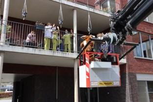 Paashaas groet bewoners woonzorgcentrum vanuit hoge hijskraan