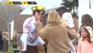 Schattige beelden: Greg Van Avermaet rijdt even weg van Ronde-peloton om zijn vrouw en dochters te knuffelen