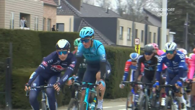 """Mathieu van der Poel is ploegmaat kwijt nadat twee renners uit de Ronde worden gezet: """"Hij wilde mij een klap geven"""""""