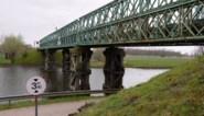 Ze werd nog gebouwd door het leger: metalen brug over Moervaart verdwijnt, in ruil voor betonnen brug