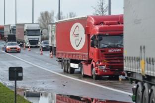 Verkeershinder door twee botsende vrachtwagens