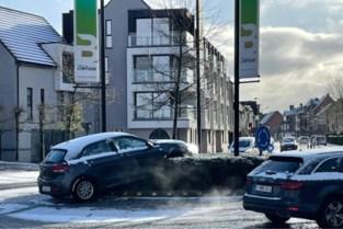 Auto belandt boven op rotonde in Berlaar