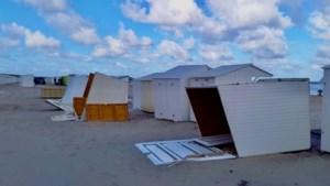 Rukwinden aan zee zorgen voor schade op strand, meerdere cabines omvergeblazen