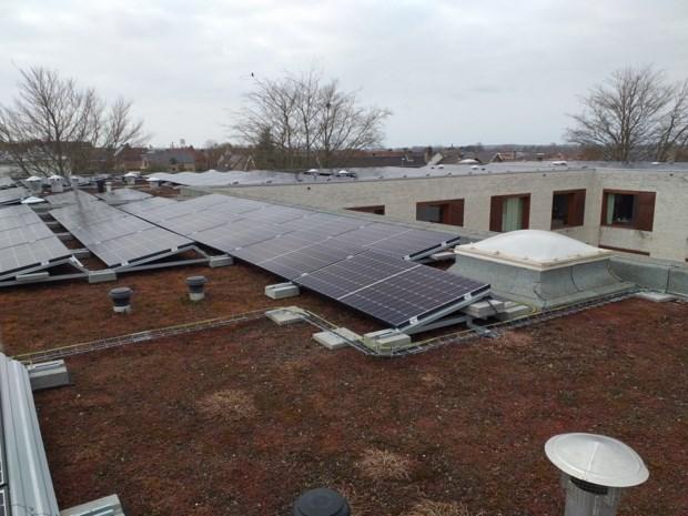 """Lichtervelde plaatst zonnepanelen op woonzorgcentrum: """"Goed voor 70 procent van energiebehoeften van 't Hof"""""""