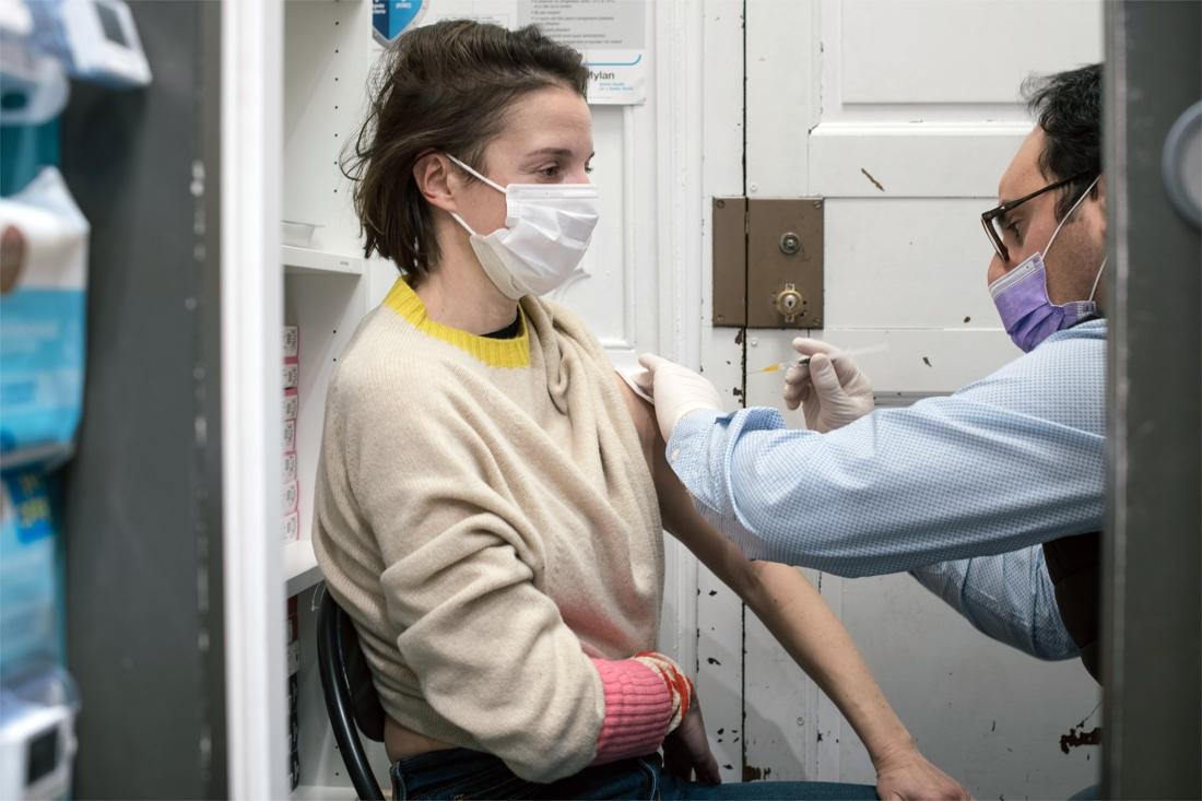Wat is die zeldzame vorm van trombose die aan het AstraZeneca-vaccin gelinkt wordt? Wat zijn de symptomen? En wat kan je ertegen doen?