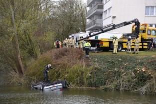 Parkeermanoeuvre loopt fout, politieagent aarzelt niet en redt bejaarde bestuurder uit ijskoud water<BR />