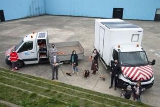 Zonnepanelen op dienstwagens laden elektrisch materiaal op
