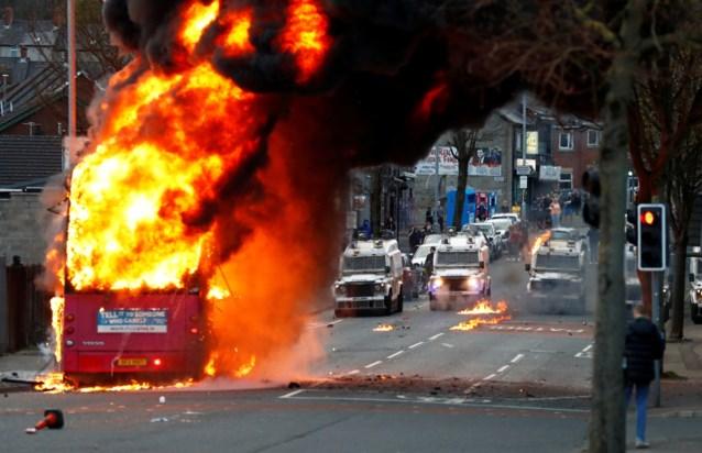 Opnieuw rellen in Noord-Ierland, bus gaat in vlammen op