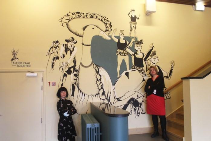 Theaterzaal opgefrist: muurschilderingen wachten nu alleen nog op publiek