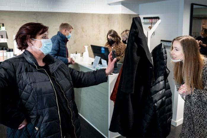 Op café of naar de kapper met 'coronapaspoort': hier voeren ze vaccinprivileges gewoon in
