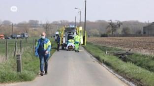 Motorrijder mist bocht en crasht tegen verlichtingspaal