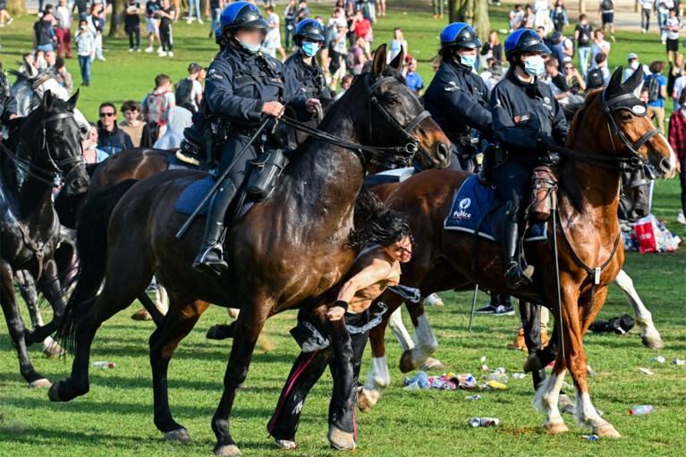 Halfnaakte vrouw omvergereden door politie te paard, federale politie onderzoekt incident