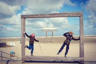 """Zusjes van negen en elf jaar wandelen hele kust af in helse weersomstandigheden voor neefje (10) met beperking: """"Opgelucht dat we het gehaald hebben"""""""