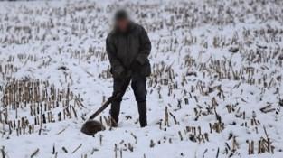 Wandelaar maakt schokkende foto's van jager die das neerknuppelt in Alken