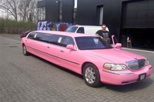 Roze limousine glijdt over Nielse wegen