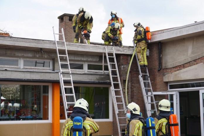 Dak van kleuterschool vat vuur na afbraakwerken