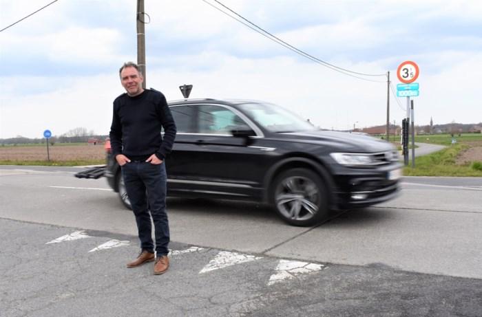 """Doomkerkenaar dreigt burgemeester voor rechter te slepen voor """"onveilig"""" kruispunt"""