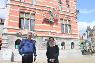 """Marijke laat vlinder neerstrijken op gemeentehuis: """"Begonnen als postzegelillustratie, geëindigd in vier meter groot kunstwerk"""""""