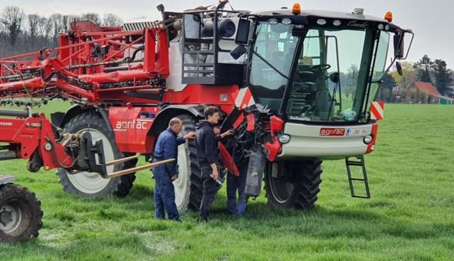 Arm van sproeimachine tractor veroorzaakt schade aan geparkeerde vrachtwagen