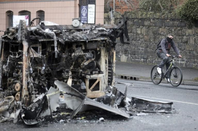 """Al 55 agenten gewond na rellen in Noord-Ierland, politici """"zeer bezorgd"""""""