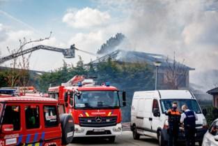 Uitslaande dakbrand maakt huis onbewoonbaar