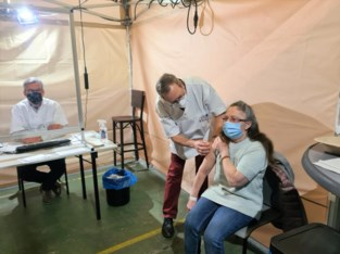 Godelieve uit Linter krijgt het 10.000ste vaccin toegediend