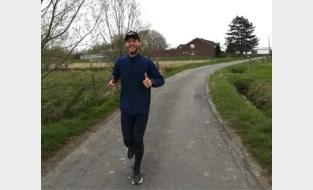 """Jeroen (31) loopt rondjes voor goed doel en stopt daar pas mee na 74 (!) kilometer: """"Toen kreeg ik pijn aan mijn knieën"""""""
