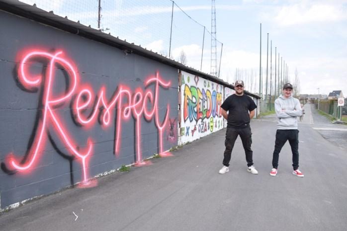 Vroeger stonden er hakenkruisen, nu kleurrijke kunstwerken: Jan (23) en Siebe (21) maken graffiti-debuut op muren aan voetbalveld