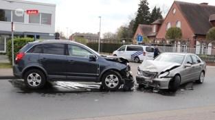 Twee gewonden bij frontale botsing in Aalst