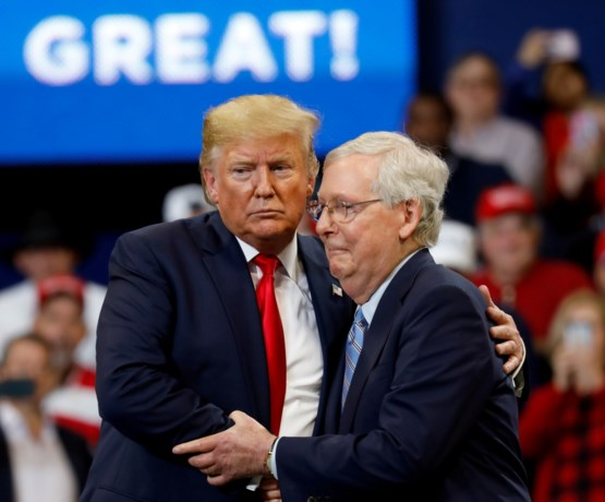 "Donald Trump noemt partijgenoot Mitch McConnell ""domme klootzak"""