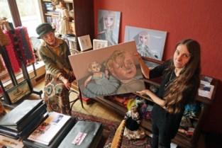Vrouwen boven in tot kunstgalerie omgevormd Huize Walden