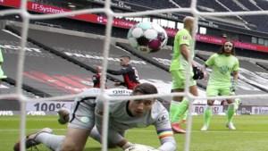 Koen Casteels moet zich vier keer omdraaien: Wolfsburg verliest spektakelmatch van Frankfurt