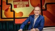 """Mathias Coppens zonder broer Staf en mét bril in VTM-quiz 'De omgekeerde wereld': """"Schrik niet als je eens een rare zinsconstructie hoort"""""""